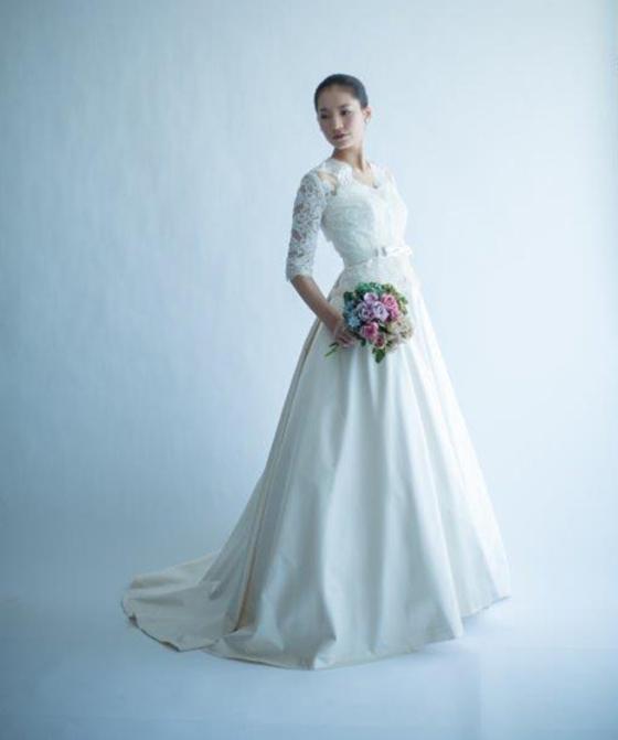 コードレースのオーバーブラウスドレス