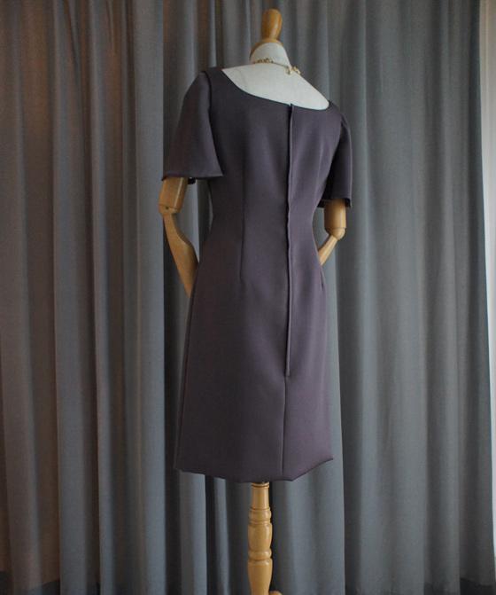 フレアースリーブのタイトドレス
