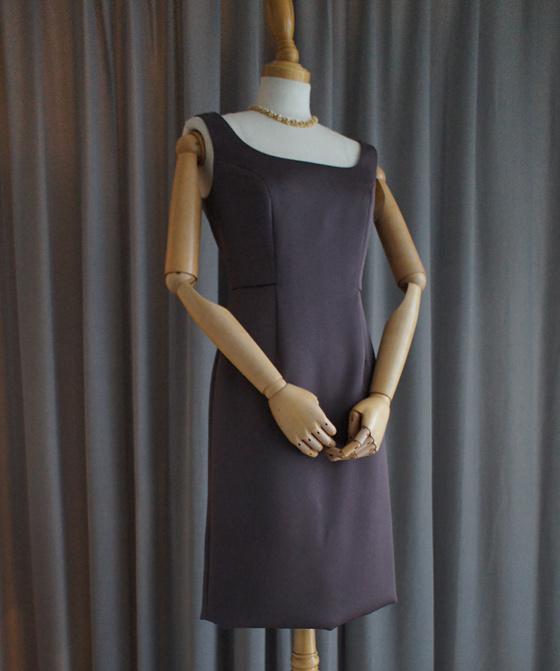 ノースリーブのタイトドレス