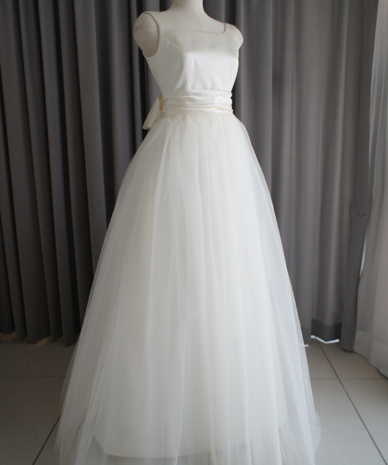 ノースリーブのチュールスカートドレス