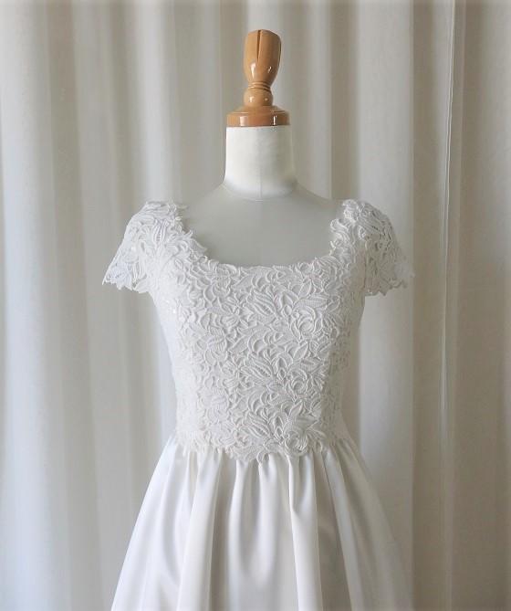 ケミカルレースのキャップスリーブドレス